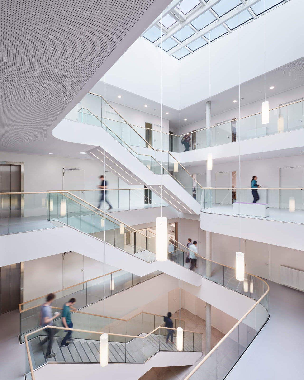 Windlab Innen Atrium mit Studenten
